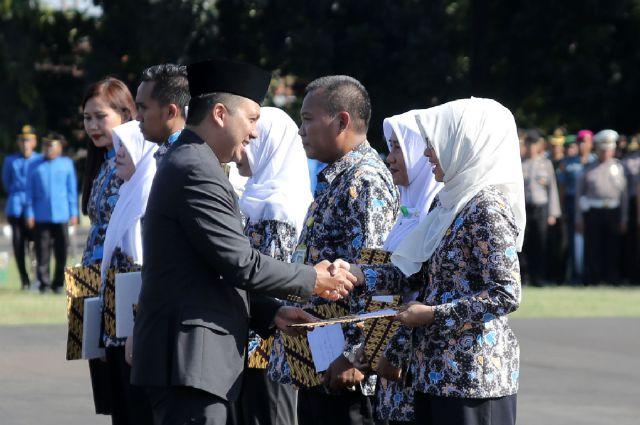 Peringati Hari Kesehatan Nasional, Gubernur Lampung Berikan Pernghargaan Kepada Tenaga Medis Teladan
