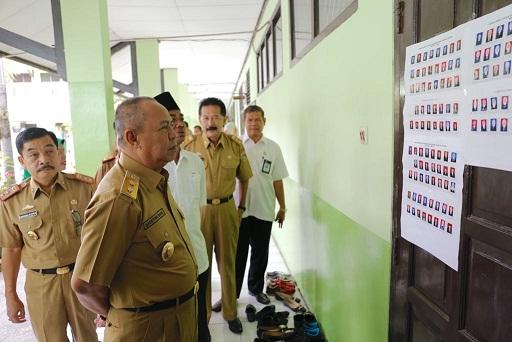 Wakil Gubernur Lampung, Meninjau L;angsung Kegiatan Ujian Nasional Di Sejumlah Sekolah